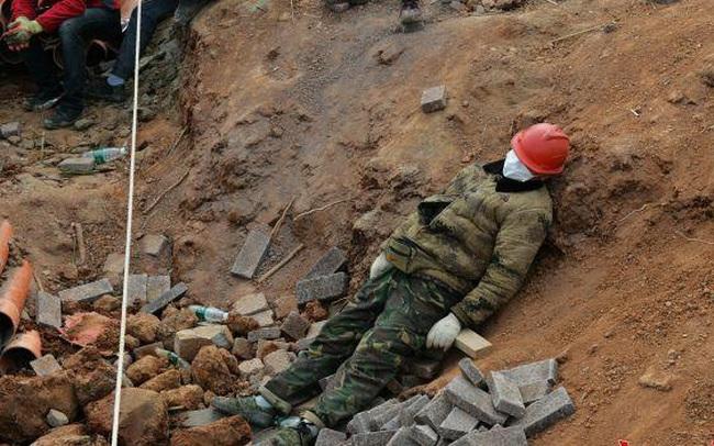 """Nỗi khổ cực khó ai thấu ở các công nhân xây dựng bệnh viện dã chiến ở """"ổ dịch"""" Vũ Hán: Giờ giải lao và giấc ngủ ngon bỗng hóa xa xỉ"""