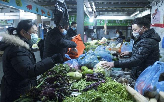 """""""Nội bất xuất, ngoại bất nhập"""", vậy người dân Vũ Hán có thức ăn bằng cách nào?"""