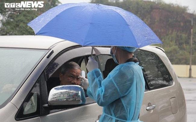 Ảnh: Quảng Ninh kiểm soát thân nhiệt từng người dân từ Móng Cái vào nội địa