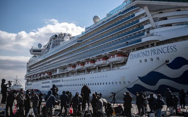 """Cuộc sống trên siêu du thuyền Nhật Bản bị nhiễm virus corona: Người cảm thấy như """"bị nhốt trong nhà tủ nổi"""", người vẫn lạc quan review đồ ăn"""
