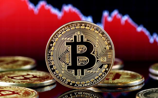 """Bitcoin giảm hơn 40%, thị trường tiền ảo """"rực lửa"""""""