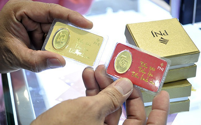 """Giá vàng trong nước tiếp tục giảm, hiếm khi """"rẻ"""" hơn cả vàng thế giới"""