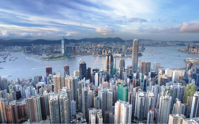 """Hết biểu tình lại đến dịch bệnh, nhiều gia đình nhập cư lên kế hoạch """"chạy trốn"""" khỏi Hồng Kông"""