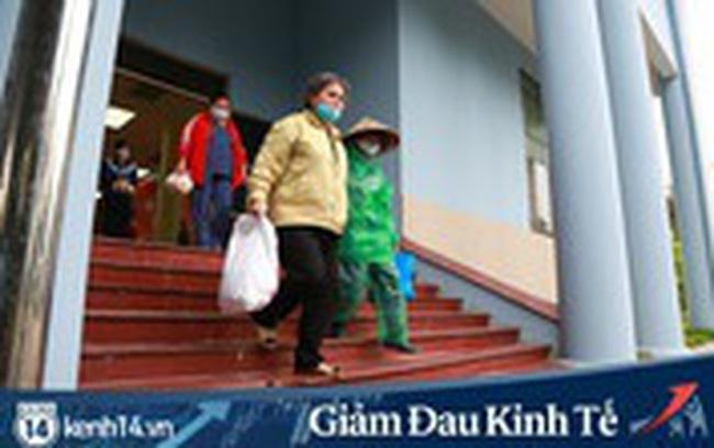 Ảnh: Cây ATM nhả gạo miễn phí thứ 2 xuất hiện ở Hà Nội, người lao động nghèo phấn khởi đội mưa rét đến nhận