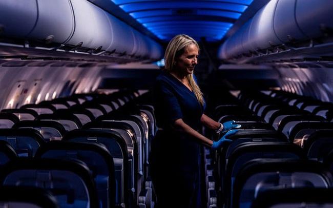 Chùm ảnh: Những chuyến bay chở theo nỗi buồn nặng trĩu của thế giới, chỉ còn một số hành khách đặc biệt tiếp tục bay giữa dịch Covid-19