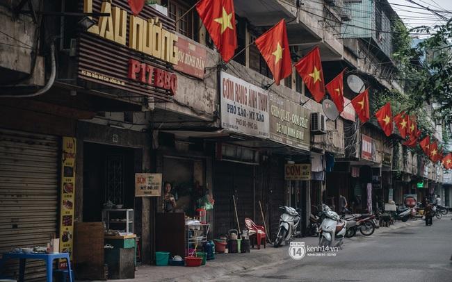 Ảnh: Hà Nội rực rỡ cờ hoa, người dân thảnh thơi tận hưởng nhịp sống bình yên dịp lễ 30/4