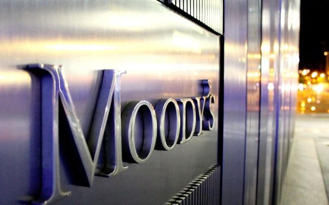 Moody's xem xét hạ tín nhiệm 3 công ty tài chính và 2 ngân hàng