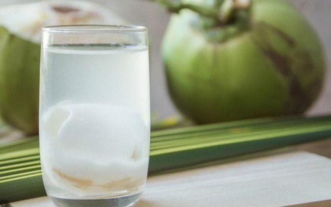 Hốt bạc nhờ bán nước dừa giải khát trong ngày nắng nóng