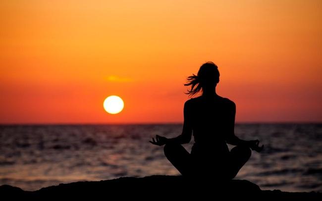 """Tỷ  phú """"cổ vũ tinh thần"""" Deepak Chopra: Khi thiền định, yoga không tác dụng, đây là cách cực đơn giản giúp bạn vượt qua căng thẳng"""