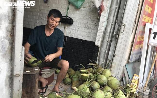 Bán trăm lít nước mía, trăm quả dừa trong buổi sáng Hà Nội nắng nóng cực đỉnh