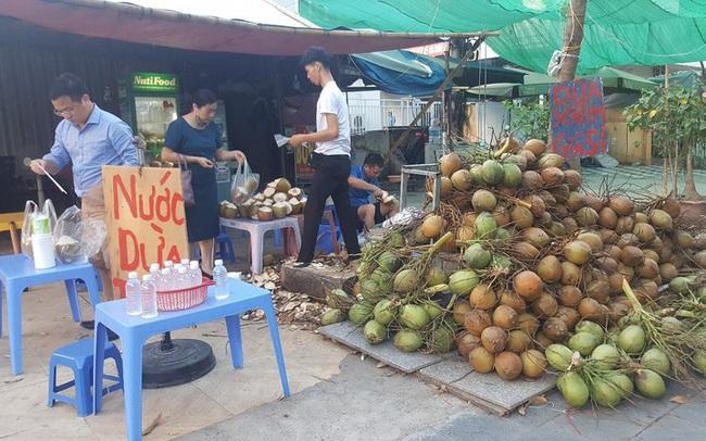 """Kinh doanh giải khát ở vỉa hè Hà Nội """"hốt bạc"""" mùa nắng nóng"""