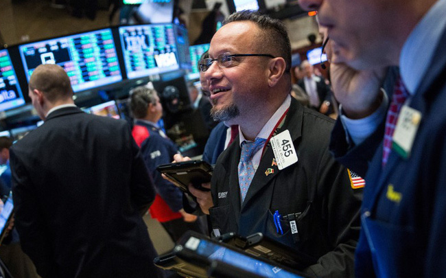 Toàn bộ các bang ở Mỹ mở cửa trở lại, Dow Jones tiếp tục bứt phá hơn 500 điểm, lần đầu tiên vượt mốc 25.000 điểm kể từ tháng 3