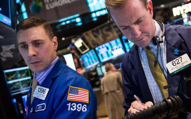 Cổ phiếu hàng không bị bán tháo mạnh sau thông báo của Warren Buffett, Dow Jones có lúc rớt gần 400 điểm
