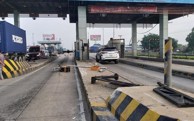 Xe tải va vào trạm thu phí cao tốc TPHCM-Trung Lương, nhiều công nhân thoát chết