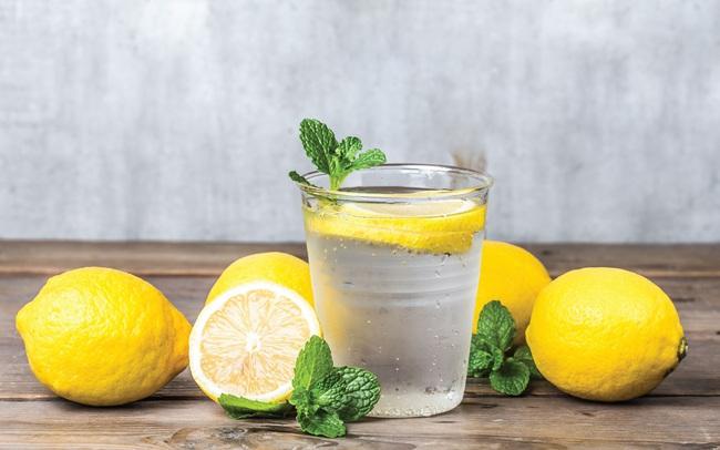 Thay nước lọc mỗi sáng bằng một cốc chanh ấm trong 7 ngày, bạn sẽ chứng kiến sự thay đổi kỳ diệu của cơ thể