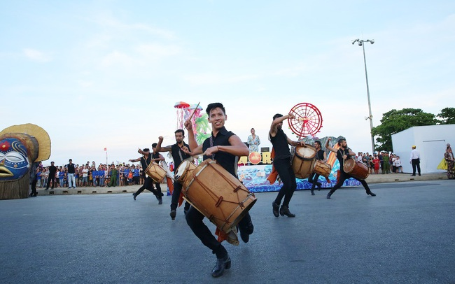 Sau Covid-19, du lịch Sầm Sơn bùng nổ với lễ hội Carnival đường phố