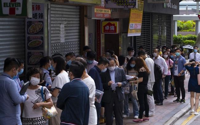 Mặc bất ổn, sức hấp dẫn của thị trường bất động sản đắt đỏ nhất thế giới vẫn không hề giảm sút: Hàng chục người xếp hàng dưới mưa chỉ để mua nhà