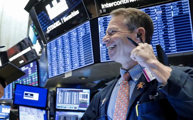 Mặc bất ổn do tác động của dịch bệnh, Dow Jones tăng hơn 200 điểm, các chỉ số lớn ghi nhận quý khởi sắc nhất trong nhiều thập kỷ