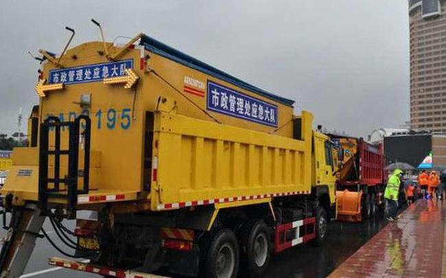 """Mực nước lũ phá vỡ lịch sử, An Huy (TQ) lần đầu tiên dùng hàng chục xe tải lớn """"ép cầu"""""""