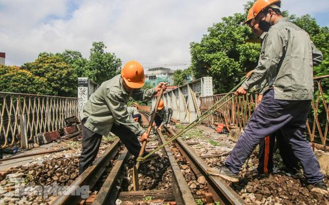 Bắt đầu đục thông tiếp 5 vòm cầu đá 'trăm tuổi' trên phố Phùng Hưng