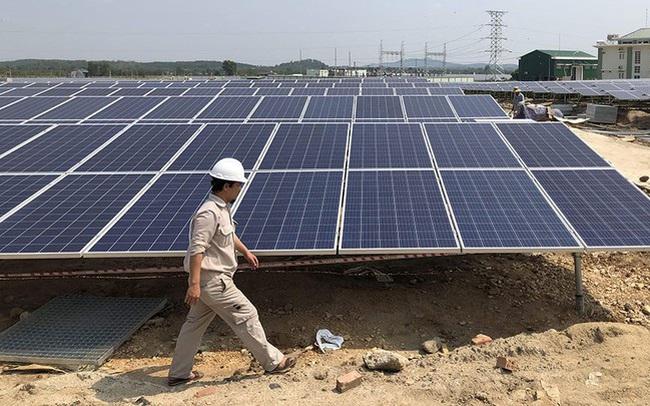 """Gia tăng tỷ trọng năng lượng tái tạo có bất khả thi vì """"mây che, lặng gió là sụt""""?"""