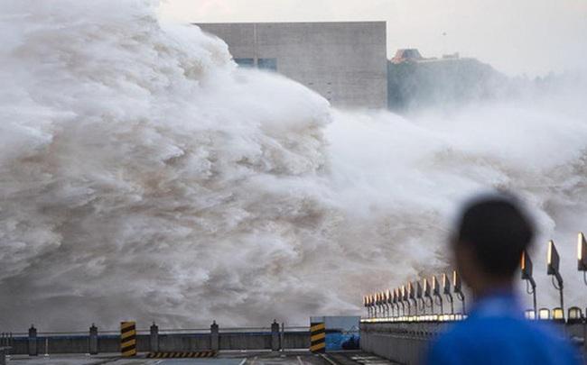 """Sông Dương Tử lại """"dâng trào"""": TQ """"lo ngay ngáy"""" về đợt lũ mới, đập Tam Hiệp chịu áp lực lớn"""
