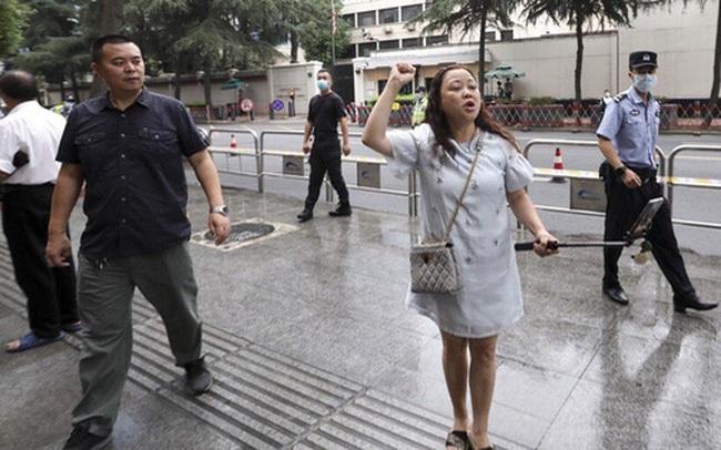 """Thành Đô: Hàng ngàn người đổ xô đến xem Lãnh sự quán Mỹ đóng cửa, cho rằng TQ trả đũa """"hợp lý"""""""