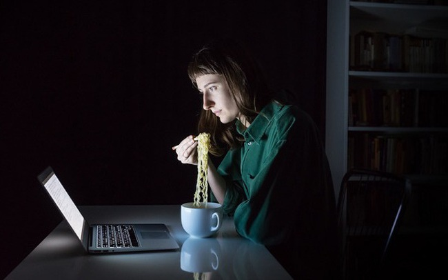 Thói quen ăn tối muộn khiến tôi phải trả giá đắt: Ung thư dạ dày lơ lửng treo trên đầu, tinh thần mệt mỏi, sức khoẻ suy kiệt vì mất ngủ...