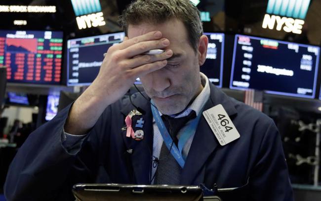 Hoang mang về tình hình dịch bệnh, S&P 500 và Nasdaq rơi vào sắc đỏ lần đầu tiên trong 5 phiên, Dow Jones mất gần 400 điểm