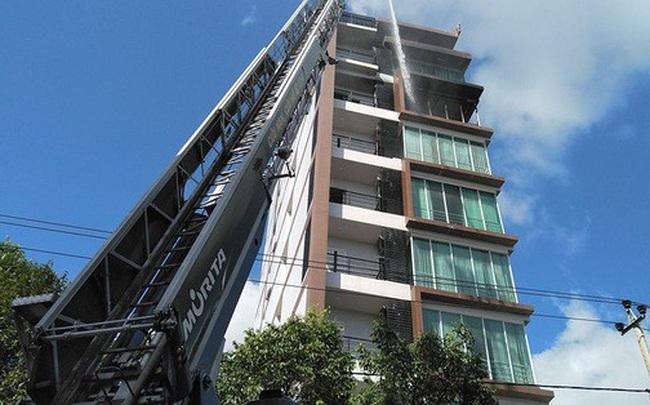 Cháy khách sạn ở Nha Trang, lực lượng chức năng đang nỗ lực chữa cháy