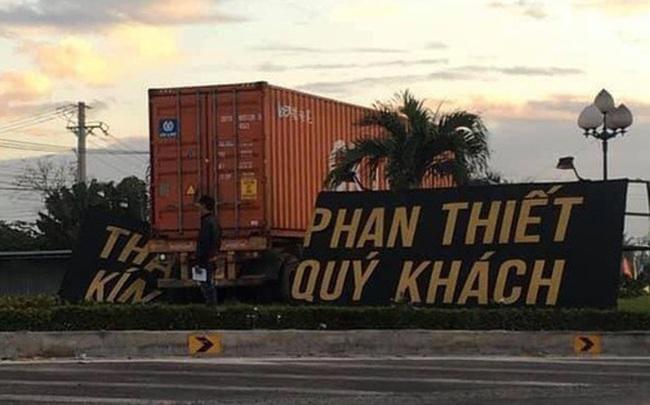 """Container tông sập banner """"Thành phố Phan Thiết kính chào quý khách"""""""