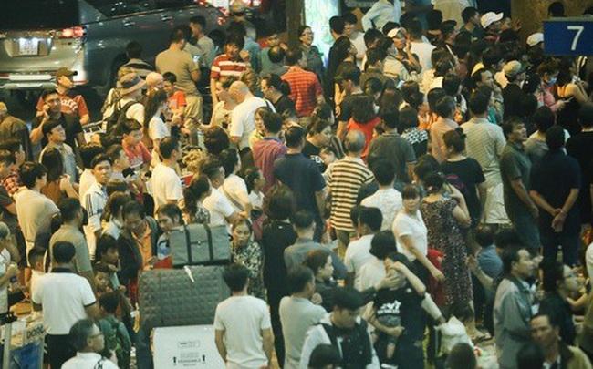 """""""Biển người"""" đang dồn về sân bay Tân Sơn Nhất"""