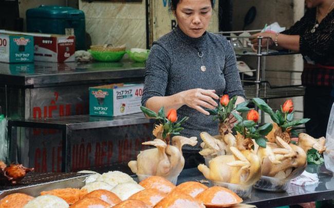 Người Hà Nội chen chúc sắm lễ, mua bộ gà luộc xôi gấc 500.000 - 600.000 đồng cúng tiễn Ông Công Ông Táo