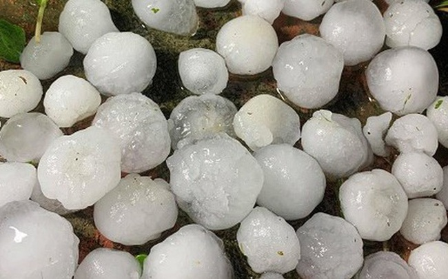 Kinh hoàng mưa đá to như quả trứng ở các tỉnh phía Bắc