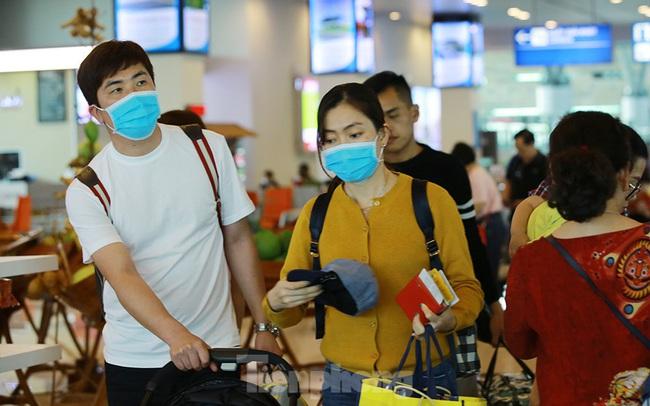 Hành khách tại sân bay Cần Thơ kín mít khẩu trang phòng chống virus Corona