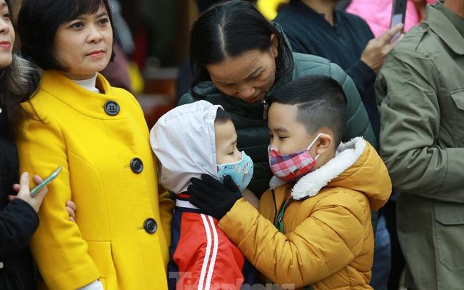 Lo ngại virus corona, dân đeo khẩu trang dự hội Gò Đống Đa