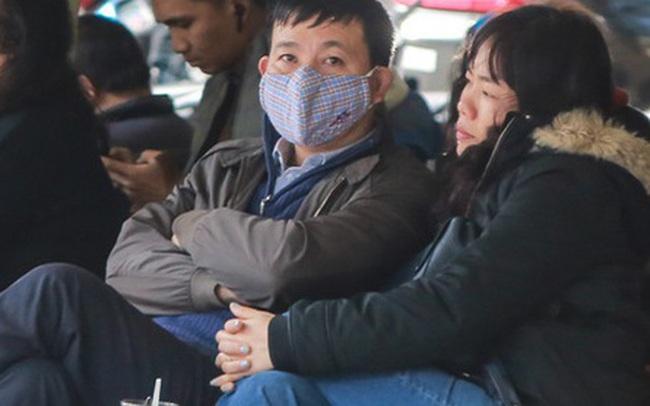 """Hiệu thuốc ở Hà Nội """"cháy hàng"""" khẩu trang y tế, người dân đi uống cafe cũng bịt mặt kín mít vì lo sợ virus Corona"""