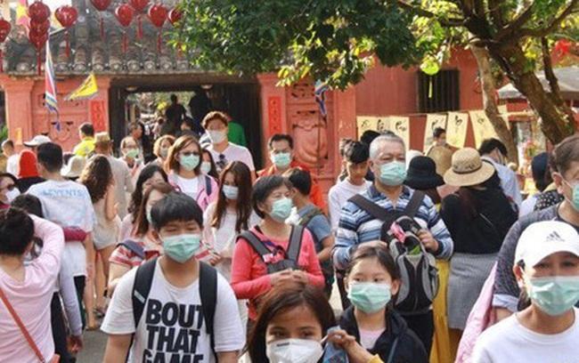 Hội An phát miễn phí khẩu trang y tế cho du khách để phòng tránh virus Corona