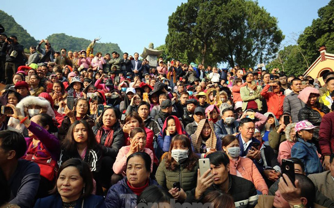 Biển người du xuân, vãn cảnh ngày khai hội chùa Hương