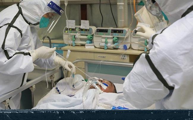 """Tận lực chiến đấu với bệnh tật, y bác sĩ Vũ Hán còn đối mặt với khó khăn từ thiếu trang thiết bị đến nỗi khổ """"thù trong giặc ngoài"""" khó ai thấu"""
