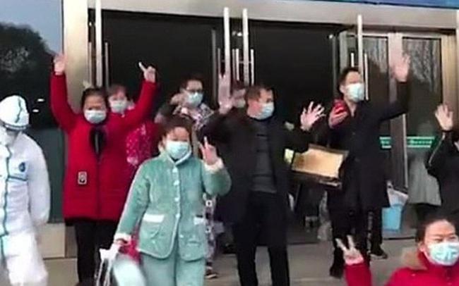 Hàng chục bệnh nhân Trung Quốc nhiễm virus corona hồ hởi xuất viện cùng lúc
