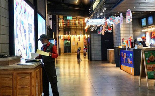 Ảnh: Người dân Hà Nội ở nhà tránh dịch do virus Corona, trung tâm thương mại, rạp chiếu phim đìu hiu
