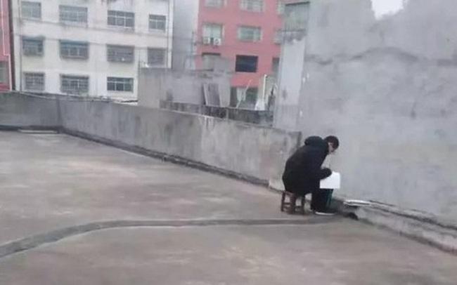 Cậu học sinh trèo lên sân thượng 8h sáng mỗi ngày khi được nghỉ học do virus corona, biết lý do ai cũng nghẹn ngào