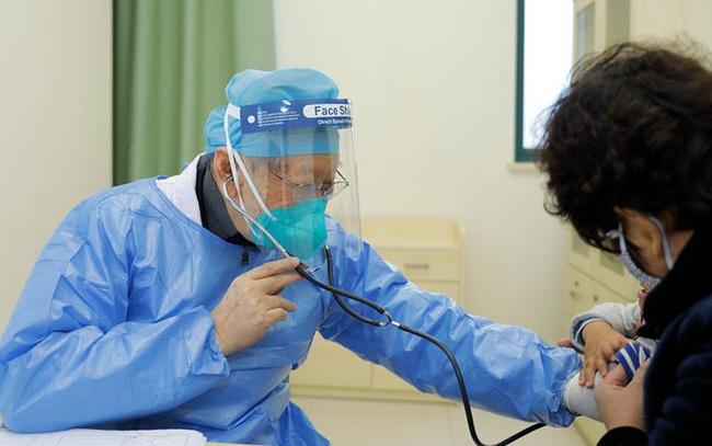 Bác sĩ Đổng Tông Kỳ: Thiên thần áo trắng bất chấp tuổi tác kiên quyết ngồi xe lăn chiến đấu với dịch SARS 2003 và dịch viêm phổi Vũ Hán 2020