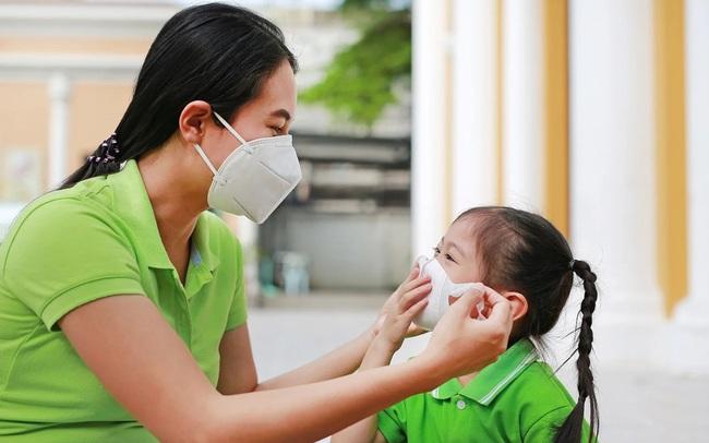 Học sinh sắp quay trở lại trường, cha mẹ có cần yêu cầu trẻ đeo khẩu trang 24/24 để phòng tránh lây lan virus Covid-19?