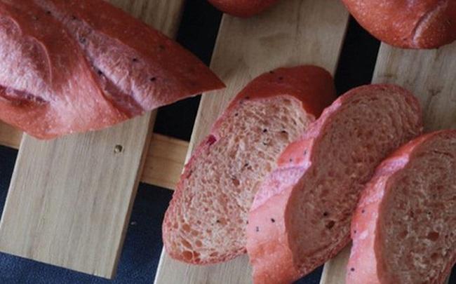 """Bánh mì thanh long trong dịch Corona nhận """"mưa"""" lời khen, khách xếp hàng dài mua từ sáng sớm"""