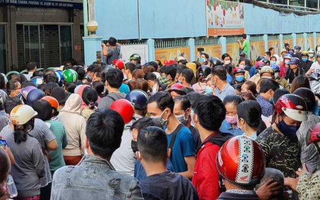 Ảnh: Vạ vật xếp hàng dài cả cây số từ sáng sớm để mua khẩu trang vẫn không được, người Sài Gòn ngán ngẩm ra về