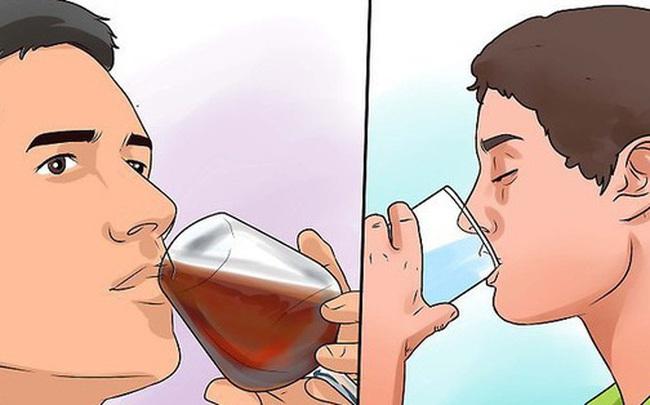 Đừng chờ khát mới uống nước: 6 mẹo uống nước giúp bạn khỏe mạnh hơn
