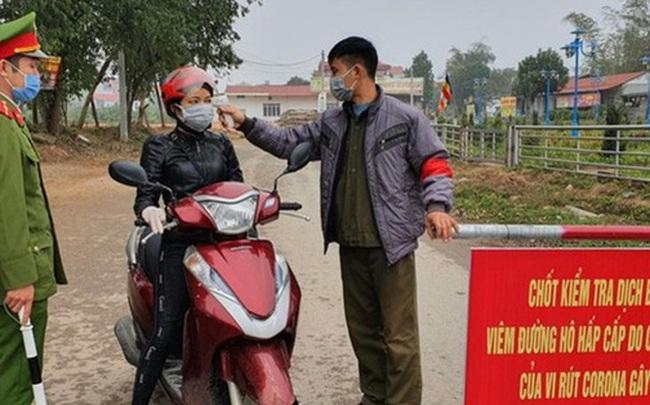 """Bí thư xã Sơn Lôi: """"Người dân biết công an, bộ đội, các bác sỹ trực chốt rất vất vả nên mang gà, khoai ra ủng hộ"""""""