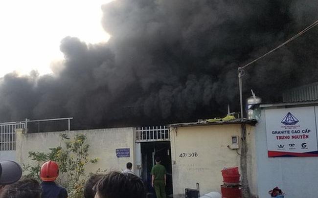 Cháy công ty sản xuất đồ nhựa ở Sài Gòn, khói đen bốc cao hàng chục mét, công nhân tháo chạy tán loạn